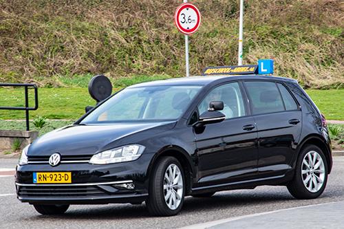 Autorijles van Rijschool Abdel - in een mooie en snelle VW Golf